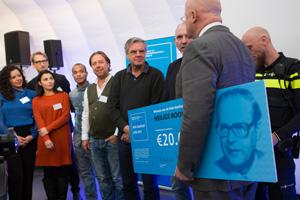 Minister Grapperhaus overhandigt de cheque