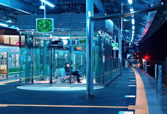 Blauwe ledverlichting op stations